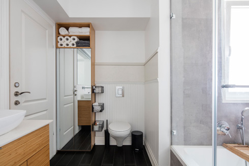 חדר הרחצה גדול במיוחד. הוא כולל גם את מכונת הכביסה והמייבש (צילום: אביעד בר נס)
