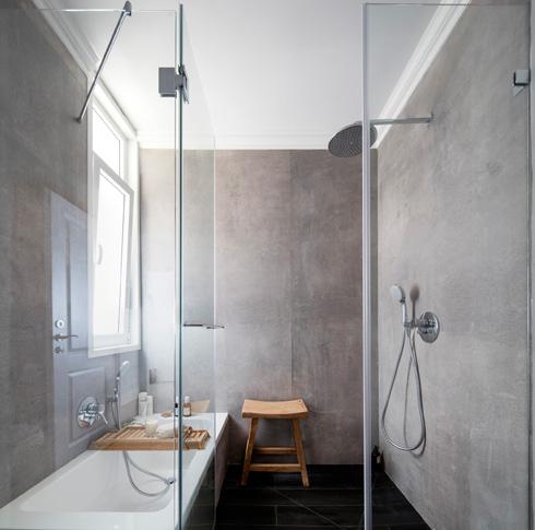 בחלק הרטוב, שסגור בדלת זכוכית, יש מקלחון ואמבטיה (צילום: אביעד בר נס)