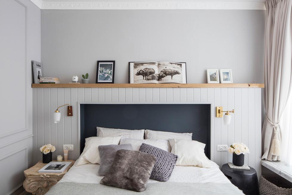 המיטה בחדר השינה הוכנסה לתוך גומחה בגב המיטה הייחודי, שנצבעה בכחול עמוק. גם כאן וילון עשיר, אדן חלון משיש ומנורות על ציר מוזהב (צילום: אביעד בר נס)