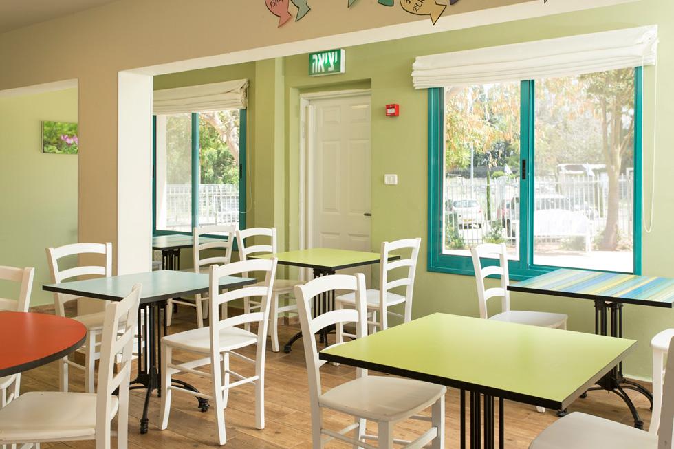 חדר האוכל. התאורה שהותקנה צהובה, כי אור לבן משבש תהליכי שינה וגדילה, במיוחד אצל בני נוער בטיפול תרופתי (צילום: רני לוריא)