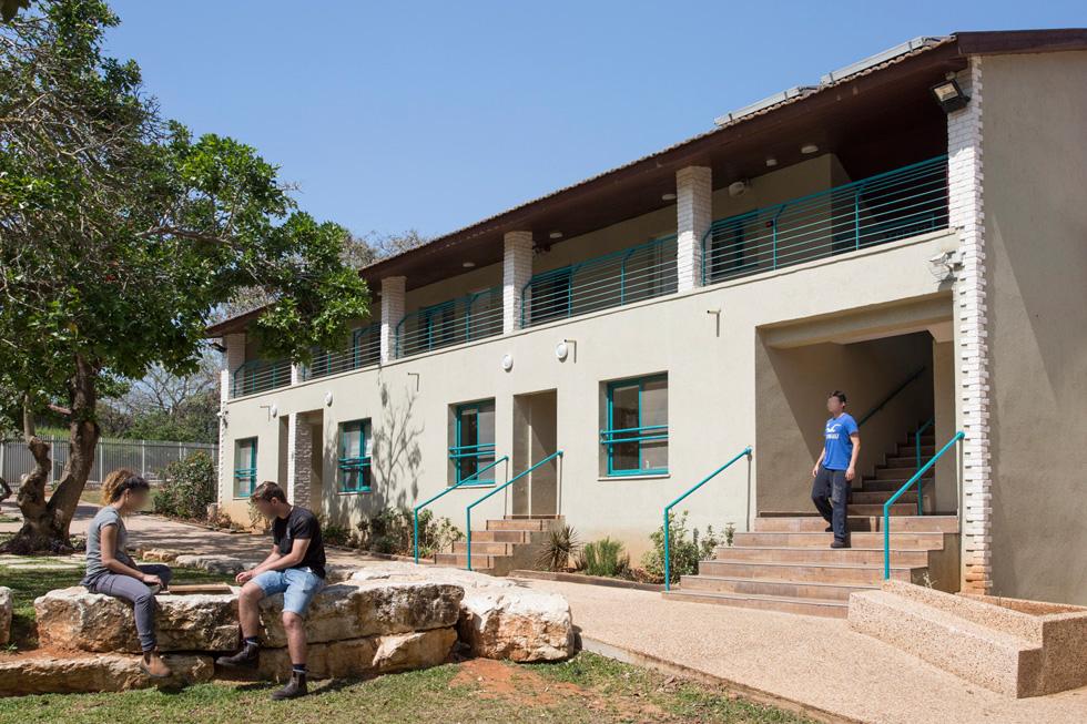 בסמוך נמצאים מעונות הסטודנטים של המדרשה ובית הספר לעבודה סוציאלית, שחלק מהסטודנטים בו עובדים ומתנדבים בפנימייה. מיקומה מהווה חלק מהמסר שמועבר לילדים: אתם חלק מהקהילה (צילום: רני לוריא)