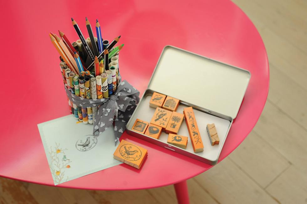 מעמד לטושים משאריות עיתונים צבעוניים (צילום: אמיר פרג', הסטודיו של אמיר)