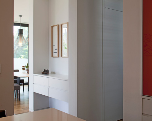מבט מהמטבח אל המבואה והסלון שמאחור (צילום: עמית גרון)