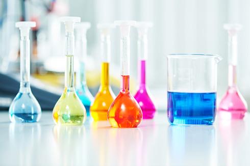 כימיקלים - הם גם בתכשירי הטיפוח שלנו (צילום: shutterstock)