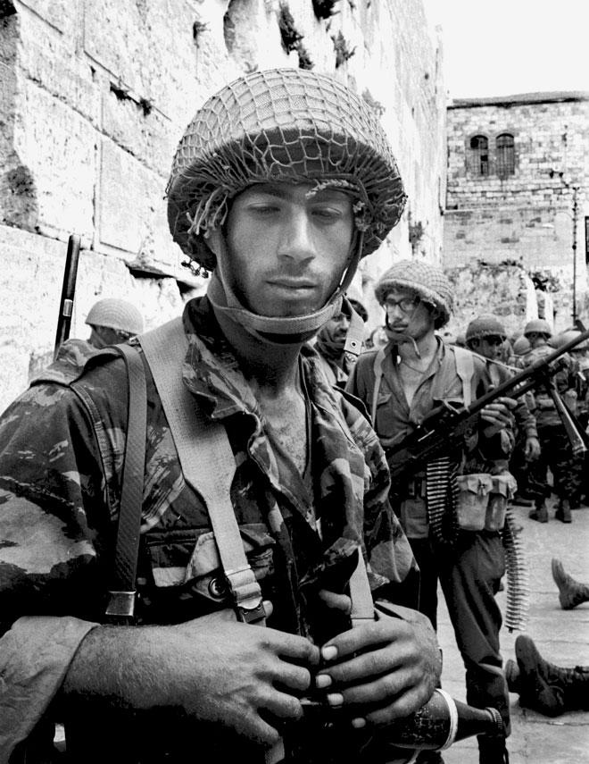 """חיילים ליד הכותל המערבי, יוני 1967. """"חזרנו אל בורות המים"""" (צילום דוד רובינגר)"""
