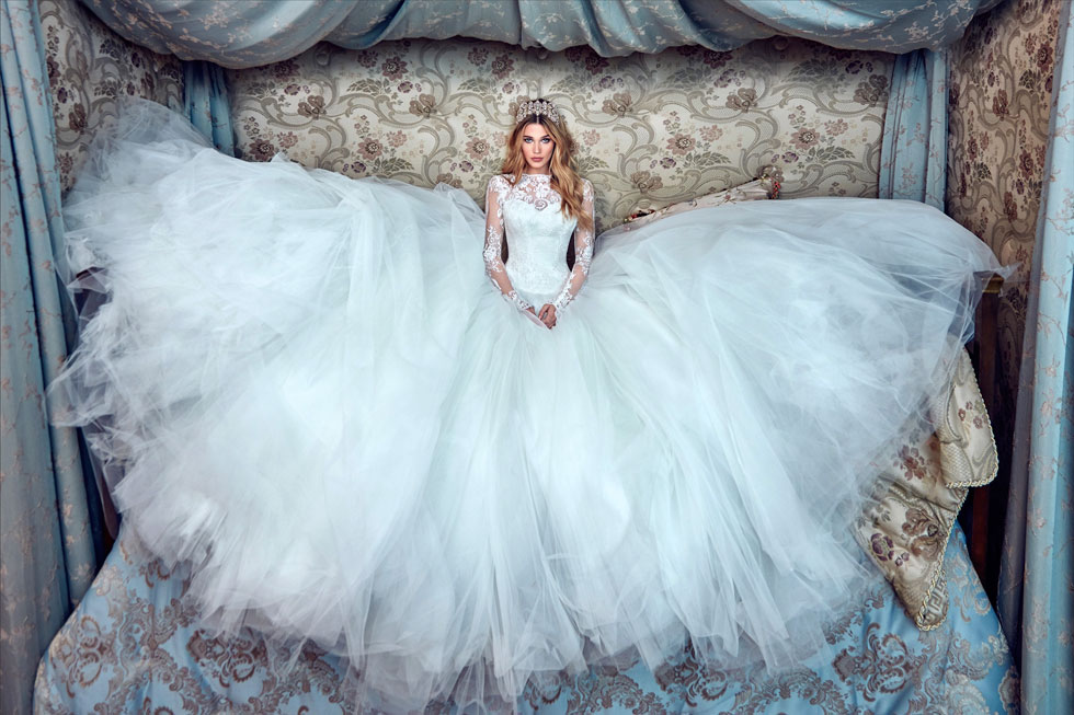 """""""הבאנו שמלות כלה שונות, סקסיות, עם גב פתוח וגזרות צמודות"""". עיצוב של גליה להב (צילום: גרג סוואלס)"""