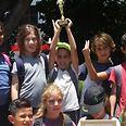 תלמידי בית הספר עם הגביע צילום: בית הספר חופים