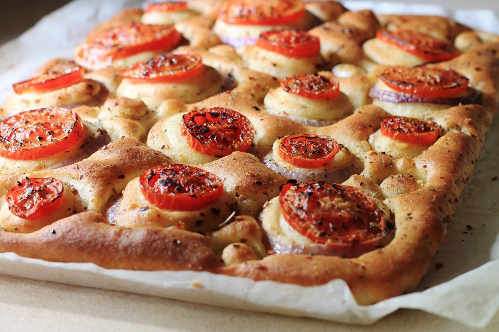 פוקצ'ה הררית עם עגבניות ובצל (צילום: אורלי חרמש)