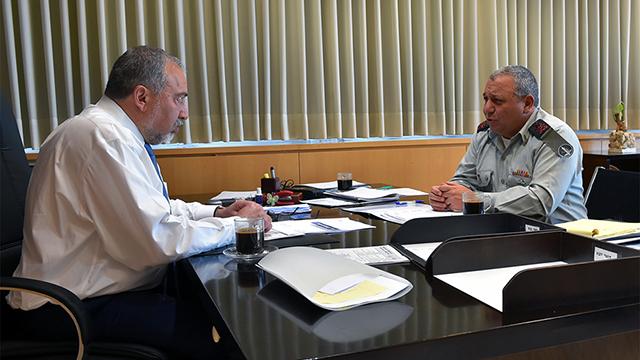 ליברמן ואיזנקוט בפגישת עבודה ראשונה (צילום: אריאל חרמוני, משרד הביטחון) (צילום: אריאל חרמוני, משרד הביטחון)