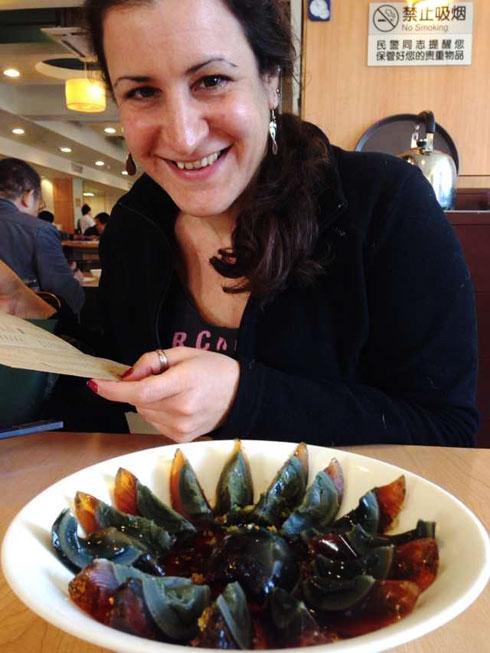 """""""ראיתי בטלוויזיה תוכנית על אוכל סיני ואמרתי: 'אני הולכת לאכול את הדבר הזה'"""". הקליקו על התמונה (צילום: באדיבות גל זוהר)"""