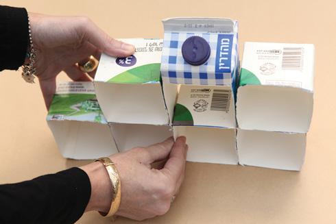 מדביקים את הקופסאות בדבק חם (צילום: אמיר פרג', הסטודיו של אמיר)