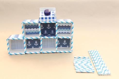 מדביקים את הקשיות והדפים לקופסאות (צילום: אמיר פרג', הסטודיו של אמיר)