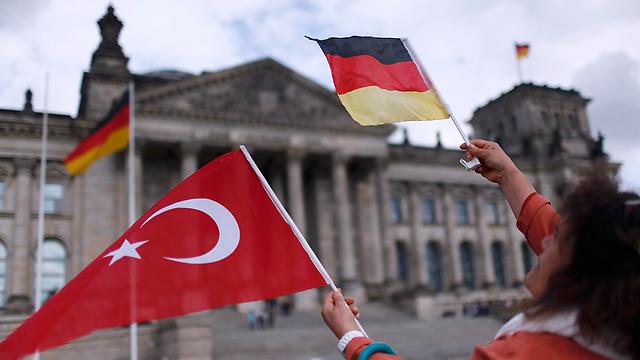 טורקים מפגינים מול הבונדסטאג הגרמני לפני ההצבעה (צילום: רויטרס) (צילום: רויטרס)