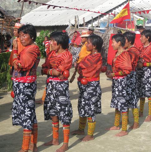 שבט קוּנָה, שנשותיו לובשות שמלות מעוטרות כתחליף לציורי גוף