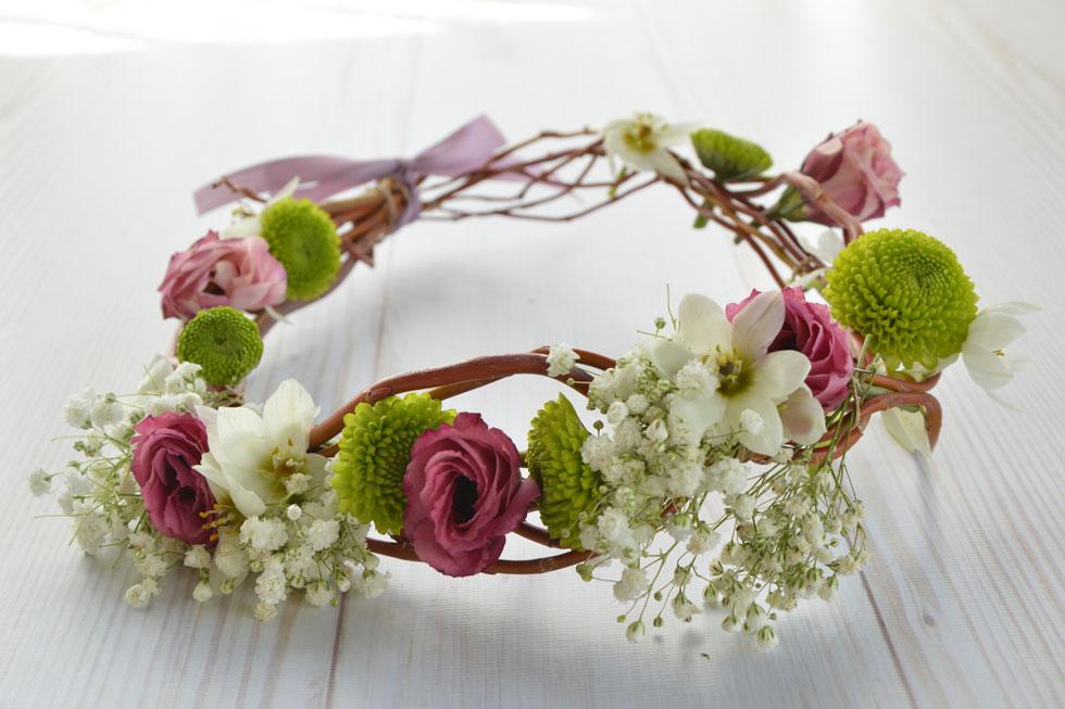זר פרחים על ענף ערבה מסולסלת. עיצוב: אורית הרץ (צילום: אורית הרץ)