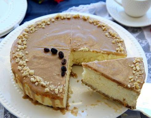 עוגת גבינה-קפה אפויה עם תחתית בצק אגוזים (צילום: דפנה אוסטר מיכאל)