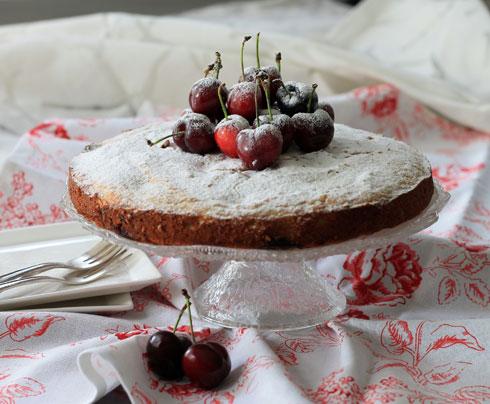 עוגת ריקוטה ושקדים עם דובדבנים (צילום: אורלי חרמש)