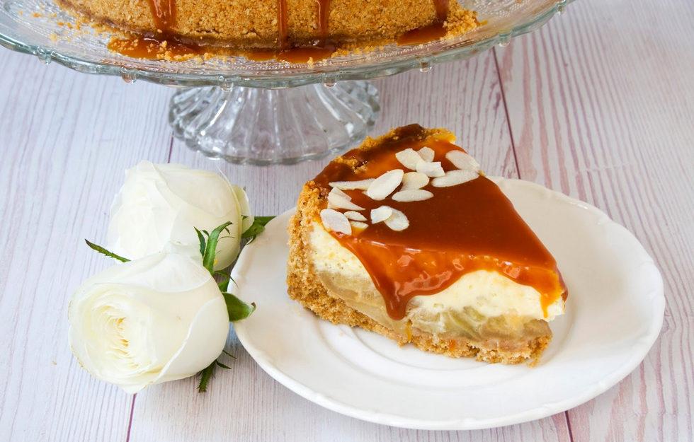 דורשת השקעה, אבל שווה את זה. עוגת גבינה אפויה עם תפוחים מקורמלים ורוטב טופי  (צילום: אולגה טוכשר)