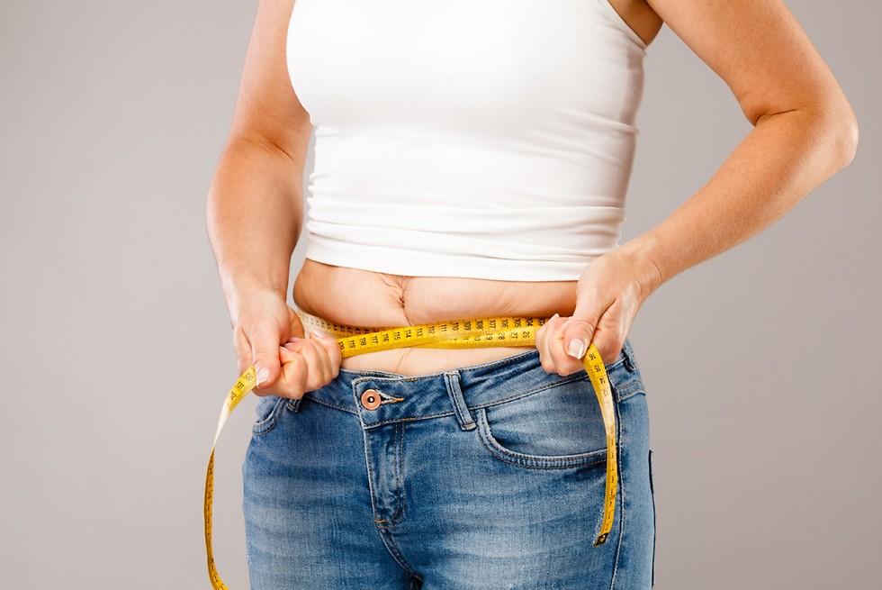 עלייה במשקל סביב המותניים. גיל המעבר (צילום: shutterstock) (צילום: shutterstock)