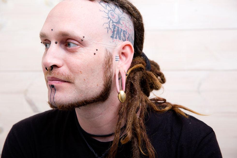 """לירון מור בפרופיל. """"רציתי עגילים באוזניים מאז שהייתי בגן, ותמיד כשראיתי אנשים מקועקעים, זה קרץ לי"""" (צילום: ענבל מרמרי)"""