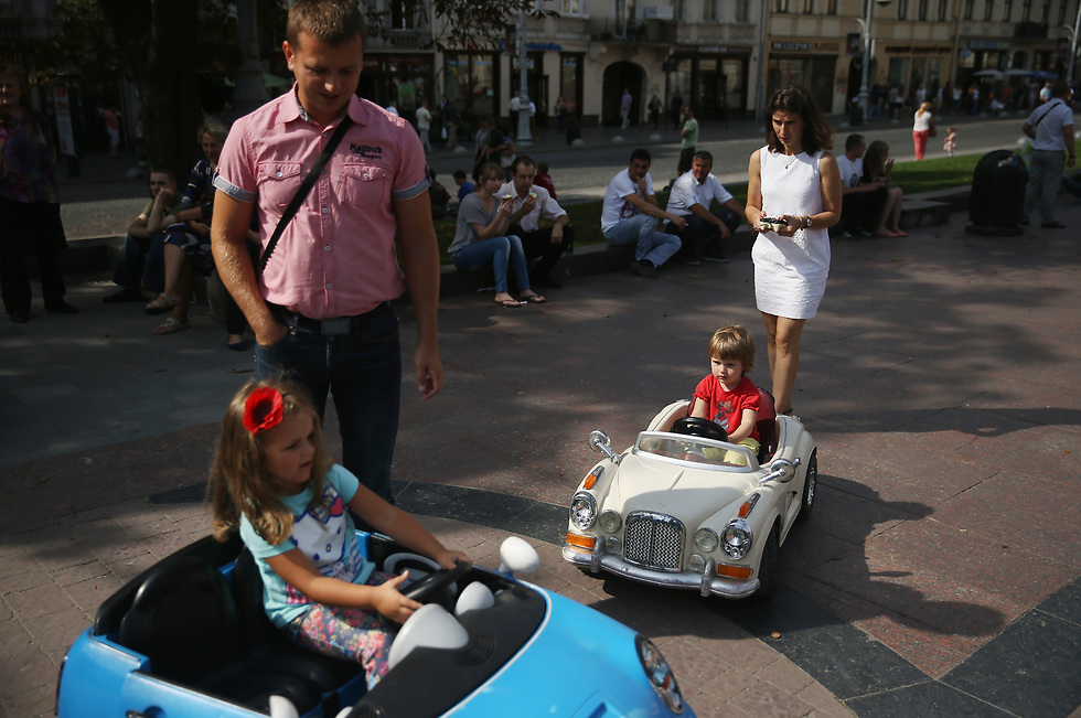 לפי התקן החדש: הרכב יעצור כשייצא מטווח הקליטה של השלט; שלט רחוק יוכל להפעיל רק מכונית אחת והילד לא יוכל לשלוט ברכב (צילום: Gettyimages)