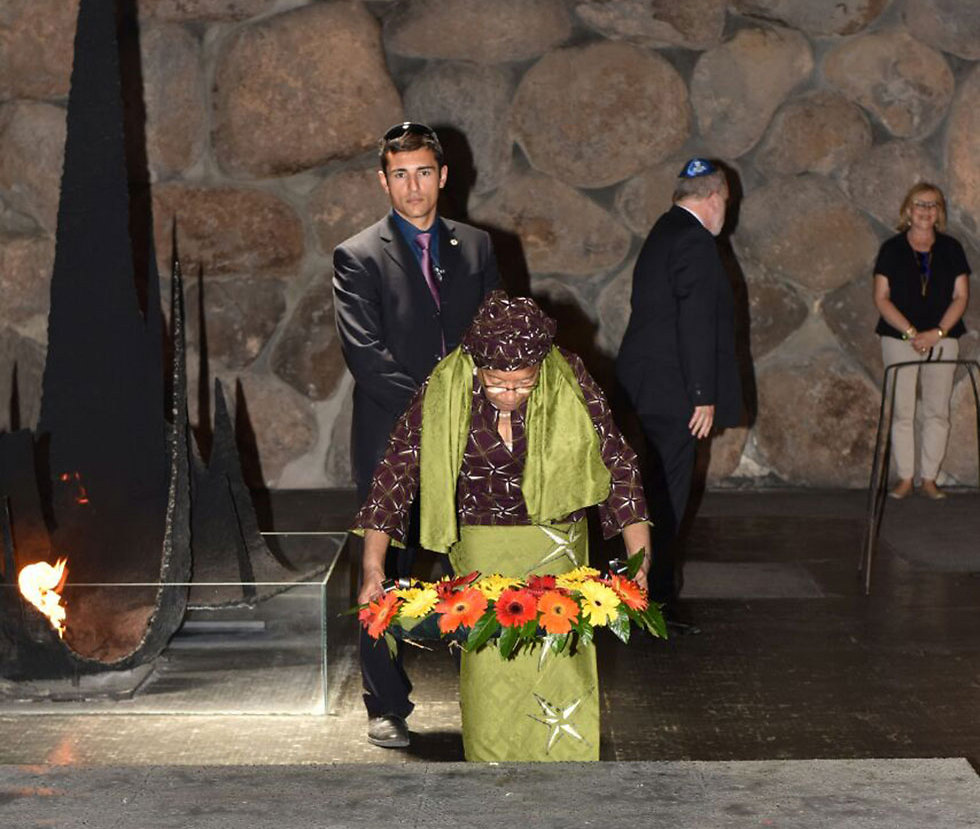 President Sirleaf lays a wreath at the Yad Vashem Hall of Remembrance (Photo: Shlomi Amsalem, Israeli Foreign Ministry)