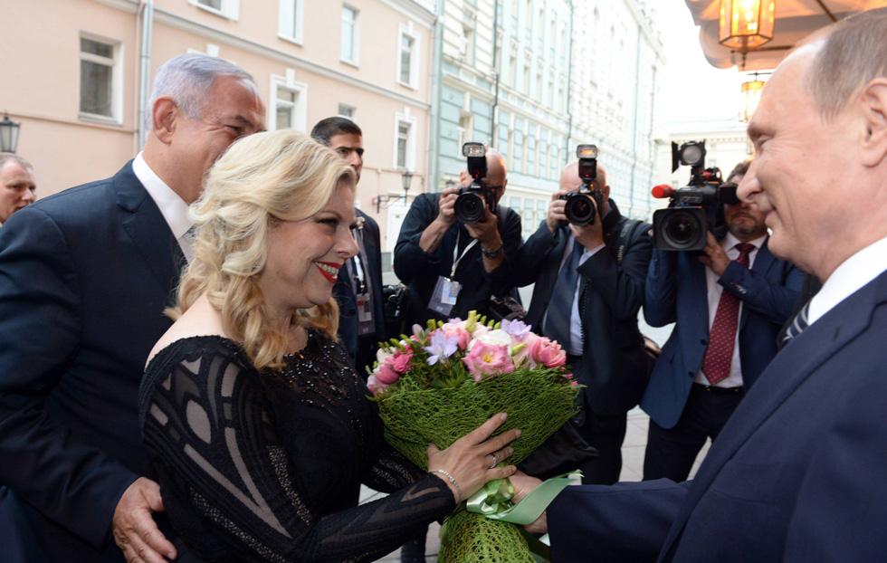 """שרה נתניהו מגיעה לתיאטרון הבולשוי בשמלה של אלון ליבנה, ומקבלת זר פרחים מנשיא רוסיה ולדימיר פוטין (צילום: חיים צח, לע""""מ)"""