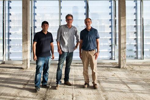 אנחנו יותר שמרנים, אומר גידי בר אוריין (במרכז התמונה, עם הנדסאים שי יצחקי וסמי ידידי) (צילום: טל ניסים)