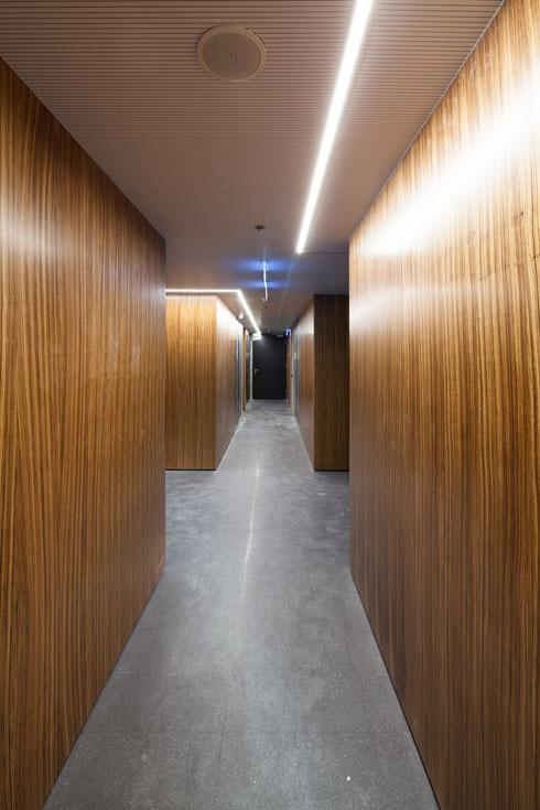 המסדרונות חופו בלוחות עץ (צילום: טל ניסים)