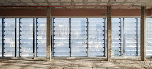 לאחר בניית התוספת הושארו הקומות ברמת המעטפת, כלוח חלק לסתר אדריכלים, שתיכננו את הפנים (צילום: טל ניסים)