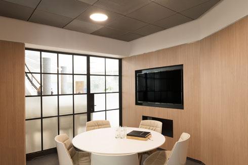 חדר ישיבות בקומת הקרקע (צילום: גדעון לוין)
