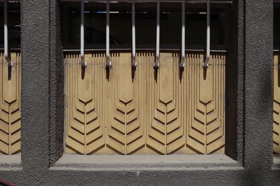 השיבולים המוזהבות בחזית הדרומית, סמל הבניין לזכר שנים עברו, נוקו וצוחצחו (צילום: מיכאל יעקבסון)