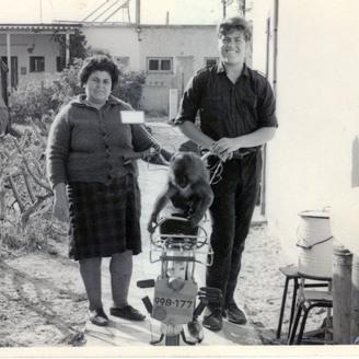 """הנער יהודה פוליקר עם אמו. """"אצלנו לא דיברו על השואה. צרחו אותה"""""""