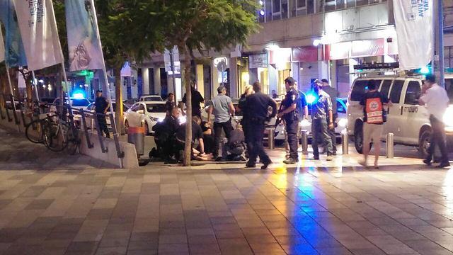 מטפלים באחד הפצועים בתל אביב ()
