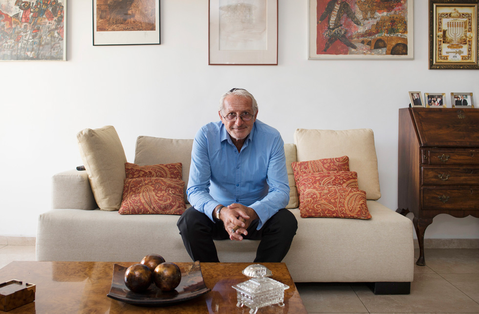 """גי מארדל בביתו בירושלים בשבוע שעבר. """"כל חלק בחיים שלי, כל אדם שפגשתי, היו חלק מתוכנית של אלוהים"""" (צילום: יואב דודקביץ)"""