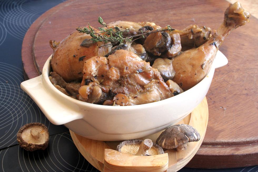 עוף בפטריות וחלב קוקוס (צילום: ילנה ויינברג)