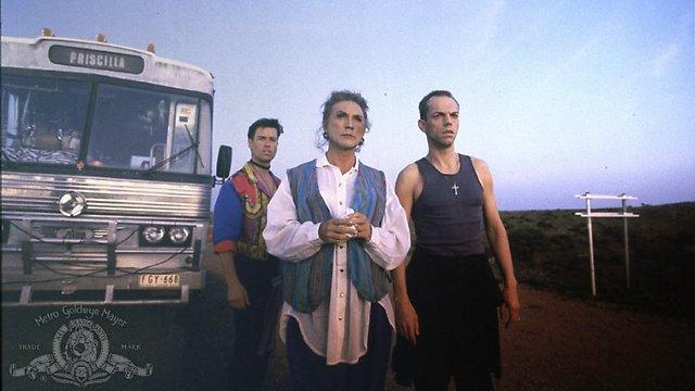 """הוגו וויבינג, טרנס סטמפ, גאי פירס והאוטובוס ב""""פריסילה מלכת המדבר"""" ()"""