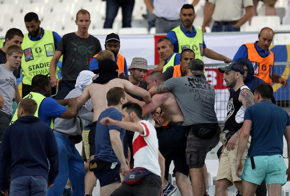 """קטטה בין אוהדי רוסיה לאנגליה. """"כמו לנצח את ברזיל"""" (צילום: AFP) (צילום: AFP)"""