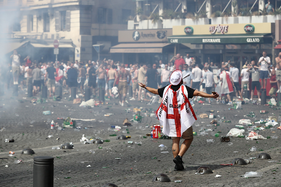אוהד אנגלי במהלך המהומות ביורו 2016 (צילום: getty images) (צילום: getty images)