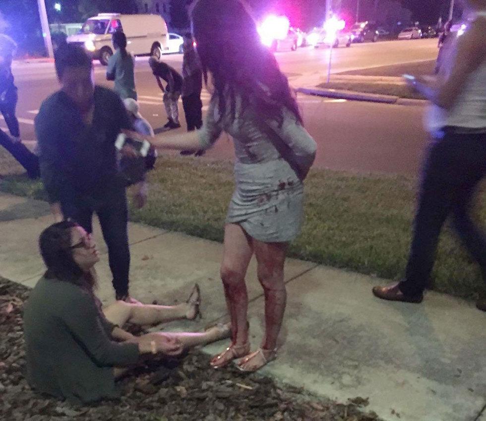 פצועה מחוץ למועדון אחרי אירוע הירי (צילום: EPA) (צילום: EPA)
