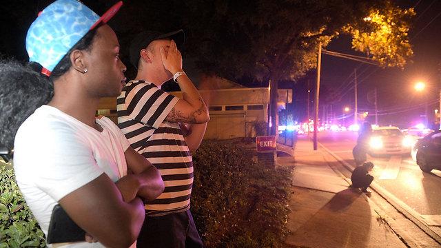 """ליד זירת הטבח, מועדון ה""""Pulse"""" (צילום: AP) (צילום: AP)"""