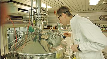 הברומאסטר  אריק לונד מפקח  על השחזור במעבדה