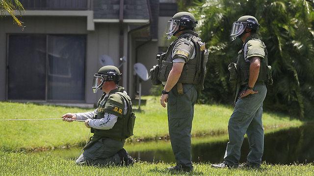 הסריקות סביב ביתו של הרוצח בפלורידה (צילום: AFP) (צילום: AFP)