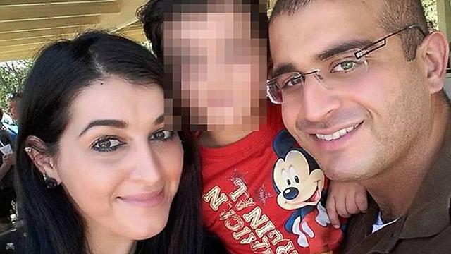 עומאר מאטין עם אשתו ובנו הקטן ()