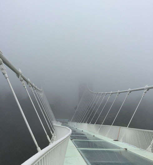 לחצו לכתבה על הגשר השקוף שתיכנן חיים דותן בסין (צילום: Zhangjiajie Grand Canyon Tourism Management Co., Ltd)