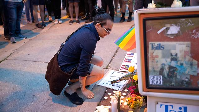 דיוויד סוטומאיור באתר הנצחה מאולתר באורלנדו לזכר קורבנות הפיגוע, בהם בן דודו אדוארד (צילום: MCT) (צילום: MCT)