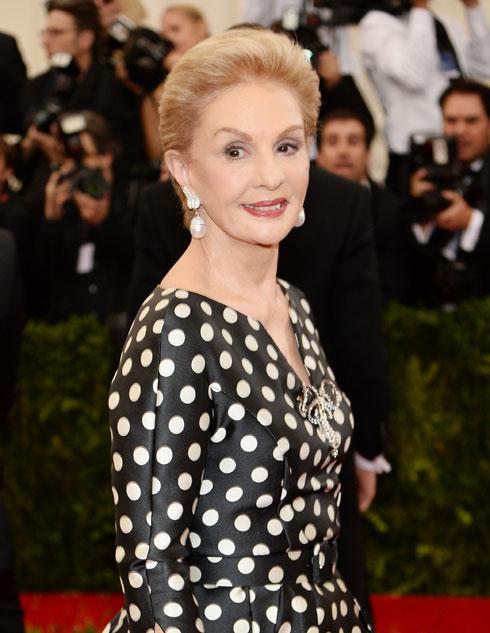 בגיל 77 ממשיכה המעצבת קרולינה הררה לכבוש מסלולי אופנה ושטיחים אדומים הכי נחשקים  (צילום: gettyimages)