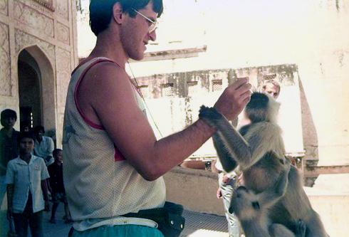 """קרליק בביקורו הראשון בהודו. """"עד היום אני לא סובל את מומבאי"""" (צילום: מתוך האלבום הפרטי)"""