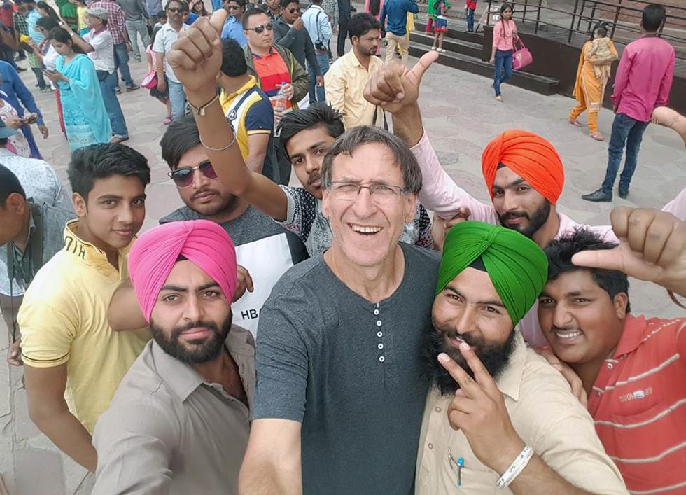 """מירון קרליק עם חברים בהודו. """"אני אוהב את המנטליות ההודית ומאוד מתחבר לאנשים, שהם שמחים בחלקם"""" (צילום: מתוך האלבום הפרטי)"""