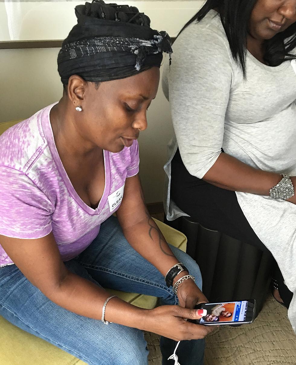 אמו של הנרצח, מינה ג'אסטיס, עם הנייד והודעות הטקסט מבנה (צילום: AP) (צילום: AP)
